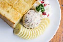 Επιδόρπιο φρυγανιάς και παγωτού και μπανανών στον καφέ Στοκ Εικόνες