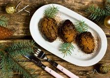Επιδόρπιο Χριστουγέννων σε μια μορφή pinecone Στοκ εικόνα με δικαίωμα ελεύθερης χρήσης