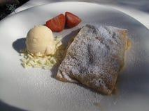 Επιδόρπιο - Strudel, παγωτό, φράουλα στοκ εικόνες