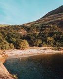 Εποικημένη παραλία με πολλούς ανθρώπους που απολαμβάνουν μια όμορφη θερινή ημέρα στοκ φωτογραφίες με δικαίωμα ελεύθερης χρήσης