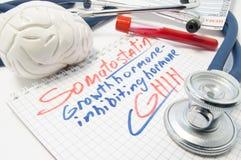 Επονομαζόμενη σημειωματάριο ορμόνη SHIH παρεμπόδισης ορμονών αύξησης σωματοστατίνης δίπλα στο σωλήνα εξετάσεων αίματος εγκεφάλου, στοκ φωτογραφία με δικαίωμα ελεύθερης χρήσης
