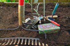 Εποχή κήπων αρχίζοντας με τα εργαλεία έτοιμα να πάνε Στοκ φωτογραφία με δικαίωμα ελεύθερης χρήσης