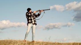 Εποχή κυνηγιού φθινοπώρου Άτομο με το πυροβόλο όπλο Calibers των τουφεκιών κυνηγιού Αμερικανικά τουφέκια κυνηγιού Αθλητικός άργιλ απόθεμα βίντεο