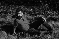 Εποχή πτώσης, μοναξιά και έννοια ανθρώπων - σοβαρός νεαρός άνδρας Στοκ εικόνα με δικαίωμα ελεύθερης χρήσης