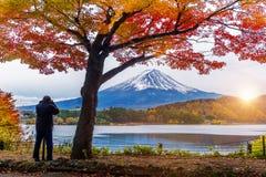 Εποχή φθινοπώρου και βουνό του Φούτζι στη λίμνη Kawaguchiko, Ιαπωνία Ο φωτογράφος παίρνει μια φωτογραφία στην ΑΜ του Φούτζι Στοκ Φωτογραφία
