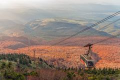 Εποχή χρώματος φθινοπώρου της οδήγησης βουνών και τελεφερίκ Hakkoda στην κορυφή Στοκ Φωτογραφία