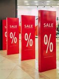 Εποχιακές εκπτώσεις στο κατάστημα πώληση κειμένων σε μια είσοδο καταστημάτων μαύρη Παρασκευή στο κατάστημα, κατάστημα έκπτωσης Στοκ Εικόνα