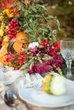 Εποχιακή επιτραπέζια διακόσμηση φθινοπώρου με τις κολοκύθες στοκ φωτογραφία