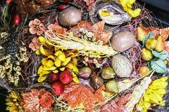 Εποχιακή ζωηρόχρωμη εσωτερική διακόσμηση - πουλί, αυγά Πάσχας, κόκκινο α Στοκ Εικόνες