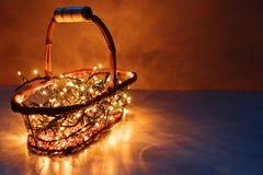 Εποχιακή και έννοια διακοπών Εκλεκτής ποιότητας καλάθι με τα κίτρινα φω'τα Χριστουγέννων, ρηχή εστίαση Στοκ φωτογραφία με δικαίωμα ελεύθερης χρήσης