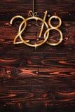 2018 εποχιακό υπόβαθρο καλής χρονιάς με το πραγματικό ξύλινο πράσινο πεύκο Στοκ Εικόνες