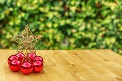 Επτά κόκκινες σφαίρες Χριστουγέννων με ένα μεγάλο αστέρι στο κέντρο Στοκ φωτογραφία με δικαίωμα ελεύθερης χρήσης