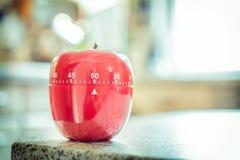 50 λεπτά - κόκκινο χρονόμετρο αυγών κουζινών στη μορφή της Apple Στοκ Εικόνες