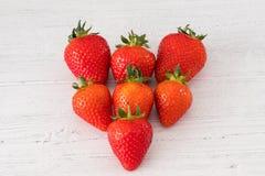 Επτά στις υγιείς σκωτσέζικες φράουλες μιας καρδιών μορφής σε έναν λευκό πίνακα σανίδων στοκ φωτογραφία με δικαίωμα ελεύθερης χρήσης