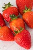 Επτά στις υγιείς σκωτσέζικες φράουλες μιας καρδιών μορφής σε έναν λευκό πίνακα σανίδων στοκ φωτογραφία