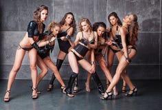 Επτά χαριτωμένα πηγαίνω-πηγαίνουν προκλητικά κορίτσια στο Μαύρο με τα διαμάντια Στοκ Εικόνες