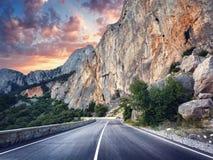 λεπτομερής άσφαλτος δομή οδικού τετραγωνική προσωπικού σχηματισμού Ζωηρόχρωμο τοπίο με τον όμορφο δρόμο βουνών στοκ εικόνα