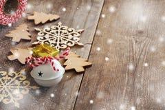 Επόμενα ξύλινα snowflakes διακοσμήσεων χριστουγεννιάτικων δέντρων Στοκ Φωτογραφία
