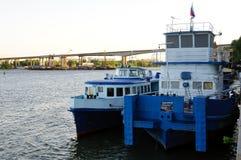 Επόμενο moorage δύο μπλε άσπρο σκαφών Στοκ εικόνα με δικαίωμα ελεύθερης χρήσης