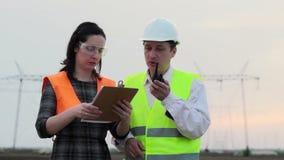 Επόπτης και μηχανικός για εξεταζόμενα τα ηλεκτρική δύναμη σχέδια απόθεμα βίντεο