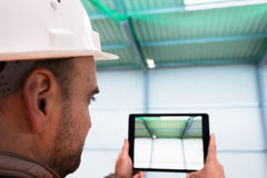 Επόπτης κατασκευής με την ψηφιακή ταμπλέτα στην περιοχή Στοκ Εικόνα