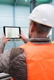 Επόπτης κατασκευής με την ψηφιακή ταμπλέτα στην περιοχή Στοκ εικόνα με δικαίωμα ελεύθερης χρήσης