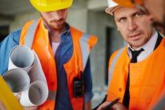 Επόπτης κατασκευής με τους εργαζομένους Στοκ φωτογραφία με δικαίωμα ελεύθερης χρήσης