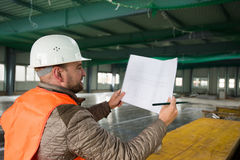 Επόπτης κατασκευής με το σχέδιο για την περιοχή Στοκ Φωτογραφία