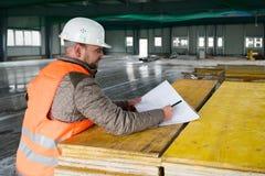 Επόπτης κατασκευής με το σχέδιο για την περιοχή Στοκ φωτογραφία με δικαίωμα ελεύθερης χρήσης