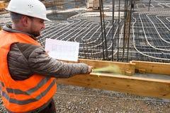 Επόπτης κατασκευής με το σχέδιο που χαρακτηρίζει την περιοχή Στοκ φωτογραφίες με δικαίωμα ελεύθερης χρήσης