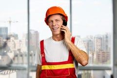 Επόπτης κατασκευής που μιλά στο τηλέφωνο κυττάρων στοκ φωτογραφία με δικαίωμα ελεύθερης χρήσης