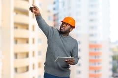 Επόπτης κατασκευής στην οικοδόμηση του υποβάθρου Στοκ φωτογραφία με δικαίωμα ελεύθερης χρήσης