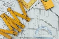 Επόπτης προγράμματος γραφείων Σχέδια της οικοδόμησης Αρχιτεκτονικό πρόγραμμα Το σχέδιο ορόφων σχεδίασε να στηριχτεί στο σχέδιο Στοκ εικόνες με δικαίωμα ελεύθερης χρήσης