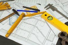 Επόπτης προγράμματος γραφείων Σχέδια της οικοδόμησης Αρχιτεκτονικό πρόγραμμα Το σχέδιο ορόφων σχεδίασε να στηριχτεί στο σχέδιο Στοκ Εικόνα