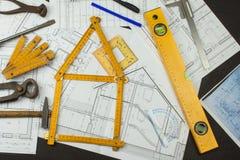Επόπτης προγράμματος γραφείων Σχέδια της οικοδόμησης Αρχιτεκτονικό πρόγραμμα Το σχέδιο ορόφων σχεδίασε να στηριχτεί στο σχέδιο Στοκ Εικόνες