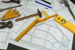 Επόπτης προγράμματος γραφείων Σχέδια της οικοδόμησης Αρχιτεκτονικό πρόγραμμα Το σχέδιο ορόφων σχεδίασε να στηριχτεί στο σχέδιο Στοκ φωτογραφία με δικαίωμα ελεύθερης χρήσης