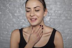 Επώδυνος λαιμός και βήχας στοκ εικόνες
