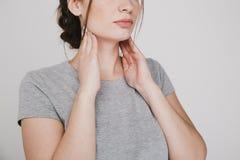 Επώδυνος λαιμός Χέρια εκμετάλλευσης γυναικών στο λαιμό της Έννοια καουρών στοκ φωτογραφίες με δικαίωμα ελεύθερης χρήσης