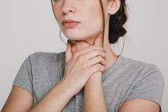 Επώδυνος λαιμός Χέρια εκμετάλλευσης γυναικών στο λαιμό της Έννοια καουρών στοκ εικόνες