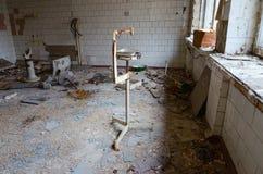 Ερήμωση στο νοσοκομείο, νεκρή πόλη-φάντασμα Pripyat στη ζώνη αλλοτρίωσης του πυρηνικού σταθμού του Τσέρνομπιλ, Ουκρανία στοκ εικόνες