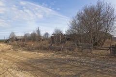 Ερήμωση στο ρωσικό χωριό στοκ φωτογραφίες