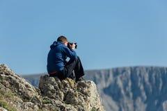 Ερασιτέχνης φωτογράφος με τη ψηφιακή κάμερα στοκ φωτογραφία με δικαίωμα ελεύθερης χρήσης