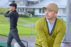 Ερασιτεχνικοί παίκτες γκολφ που πρέπει να ασκήσει Στοκ φωτογραφία με δικαίωμα ελεύθερης χρήσης