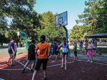 Ερασιτεχνικός ανταγωνισμός στην καλαθοσφαίριση στο στρατόπεδο αναψυχής των παιδιών σε Anapa στην περιοχή Krasnodar της Ρωσίας Στοκ Φωτογραφία