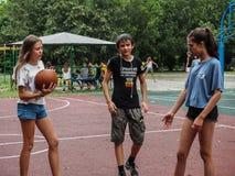 Ερασιτεχνικός ανταγωνισμός στην καλαθοσφαίριση στο στρατόπεδο αναψυχής των παιδιών σε Anapa στην περιοχή Krasnodar της Ρωσίας Στοκ εικόνες με δικαίωμα ελεύθερης χρήσης