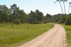 Ερασιτεχνικό γήπεδο ποδοσφαίρου με τους ξύλινους στόχους κοντά σε έναν δρόμο Στοκ φωτογραφία με δικαίωμα ελεύθερης χρήσης