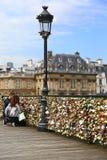 Εραστές και λουκέτα στο Παρίσι Στοκ φωτογραφία με δικαίωμα ελεύθερης χρήσης