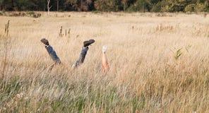 Εραστές που έχουν τη διασκέδαση στη χλόη στοκ φωτογραφία με δικαίωμα ελεύθερης χρήσης