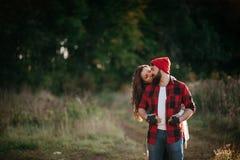 Εραστές που αγκαλιάζουν στη φύση Στοκ φωτογραφίες με δικαίωμα ελεύθερης χρήσης