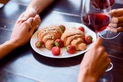 Εραστές που απολαμβάνουν τα τρόφιμα και το ποτό στον καφέ Στοκ φωτογραφία με δικαίωμα ελεύθερης χρήσης